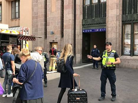 Poliisi piti matkustajat poissa asemalta.