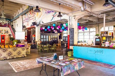 Tehdassaaren Luovan Keskuksen yhteydessä toimii myös viihtyisä Café Saari.