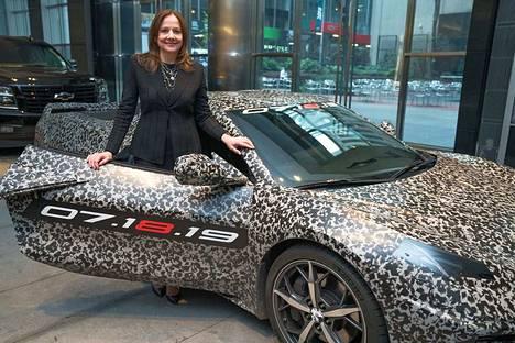 Tähän autoon on helppoa rakastua. Toimitusjohtaja Mary Barra poseerasi heinäkuussa esitellyn uuden sukupolven Chevrolet Corvetten ovella.
