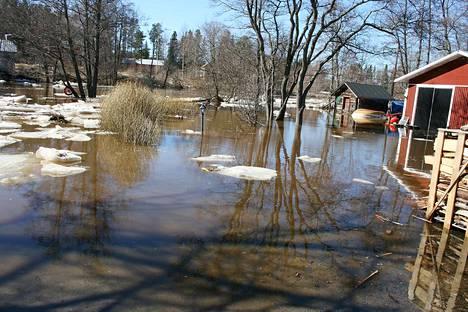 Jokivesi oli näin korkealla vuonna 2013. Laaditun suunnitelman mukainen suojautuminen riskiltä on laskettu todennäköisesti kerran sadassa vuodessa tapahtuviin tulviin.