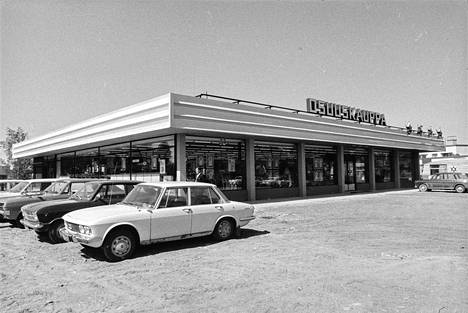 Nakkilan Osuuskaupan uutuuttaan hohtava tavaratalo on kuvattu 11. kesäkuuta 1969. Rakennuksen oli suunnitellut arkkitehti Rauno Raunio. Tavaratalon piha-alue on vielä päällystämättä.