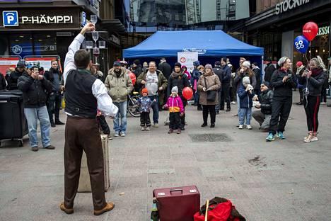 Irlannista kotoisin oleva, Tampereelle asettunut sirkustaiteilija Simon Llewellynin vaudevillesirkus.