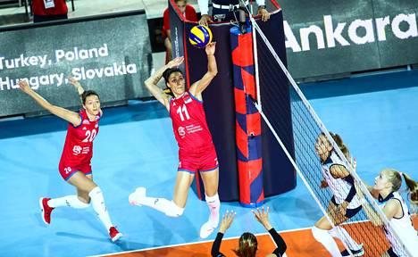 Serbian Stefana Veljkovic (kesk.) antoi pallolle kyytiä korkealta. Veljkovic nappasi ottelun ykköslukeman kolme torjuntapistettä.