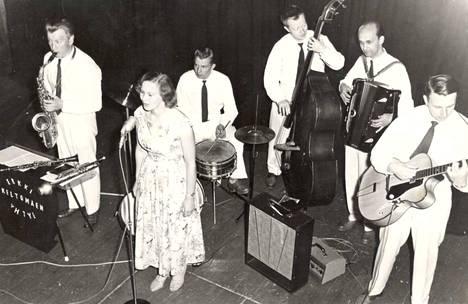 Erkki Keltomäen yhtye soitti Marttilan-Harjun lavalla tanssit lauantaina 27. kesäkuuta 1959.