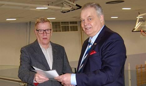 Nakkilan kokoomuksen puheenjohtaja Kelpo Ahola ja RKP Satakunnan nakkilalainen puheenjohtaja Juhani Järvinen solmivat vaaliliiton sunnuntaina.