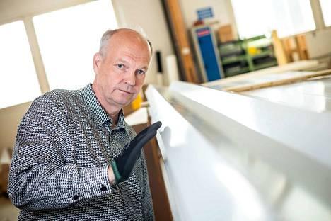 Ostopäällikkö Keijo Hiltunen tarkistaa ketjukaapimia varten tilattujen palkkien pinnanlaatua. Isoissa toimituksissa asiakkaat haluavat aika ajoin tulla itsekin tarkastamaan tuotteiden laadun.