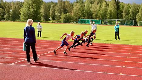 Näin yhdeksänvuotiaat pojat lähtivät 60 metrin matkalle.