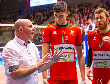Joel Banks (vas.) valmentaa Suomen rinnalla belgialaista Maaseikia.
