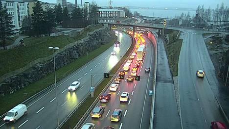 Näin autot seisoivat letkassa odottamassa pääsyä Tampereen Rantatunneliin kello 15.55.