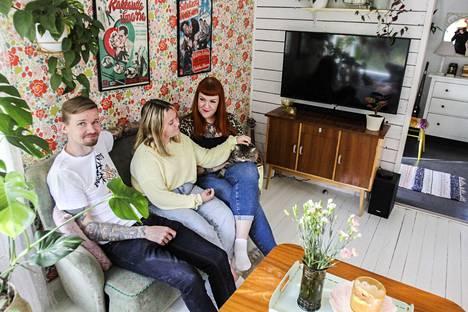 Kari Tuimala, Vilma Rintala ja Annika Tuimala asuvat lemmikkeineen 1950-luvun alussa rakennetussa rintamamiestalossa. Fiftarihenkisessä kodissa suurin osa kalusteista on hankittu käytettynä. Sisustuksen linja on päätetty yhdessä, mutta Annika vastaa yksityiskohdista.