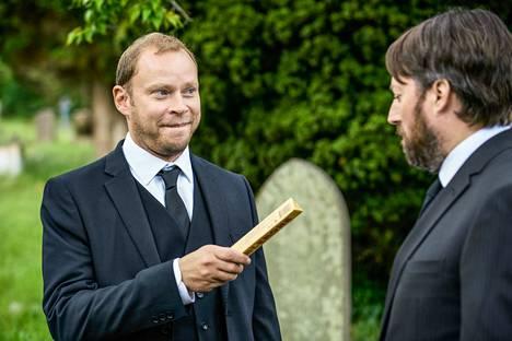 Andrew (Robert Webb) ilmaantuu Stephenin (David Mitchell) isän hautajaisiin väittäen itseään Stephenin kasvattiveljeksi.