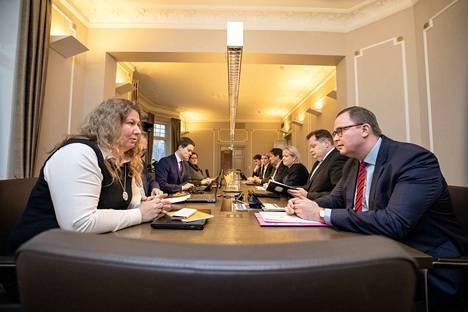 Kuva neuvottelupöydästä marraskuun alusta. Etualalla PAU:n puheenjohtaja Heidi Nieminen ja Paltan puheenjohtaja Tuomas Aarto.