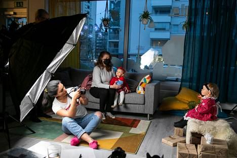 Lumi Leppiniemi on valokuvaaja Dilan Rauhalan kuvattavana. Äiti Petra Friis yrittää naurattaa Petraa taustalla. Vieressä Krista Friis ja Isabel Friis Peräneva odottavat vuoroaan kuvattavaksi.