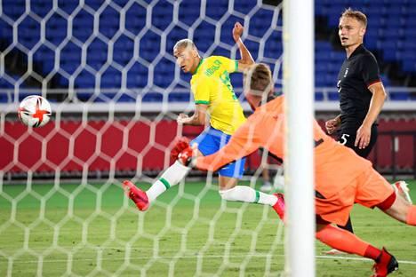 Brasilian Richarlison iski hattutempun Saksan verkkoon jo avauspuoliajalla. Saksan maalivahti Florian Müller jäi kakkoseksi.