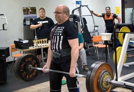 Matti Mattila, 67, veti ylös 200 kiloa maastanostossa.