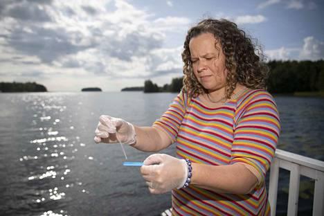 Pyhäjärvi-instituutin tutkimuspäällikkö Anne-Mari Ventelä tekee pikatestiä sinilevien maksamyrkkyjen havaitsemiseksi Kauttualla instituutin rannassa. Pyhäjärvestä ei myrkkyjä löytynyt eikä niistä ole aiempiakaan havaintoja.