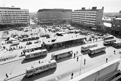 Vuonna 1975 Porin kauppatorilla otetussa kuvassa näkyvät muun muassa Rojohoppe, entisen Porin suomalaisen säästöpankin talo ja Airionkulma.
