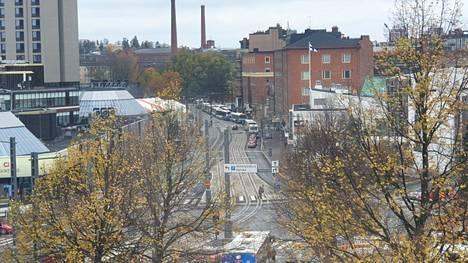 Poliisioperaatio näkyi Hatanpään valtatielle asti, kun liikenne seisoi hetken aikaa paikallaan.