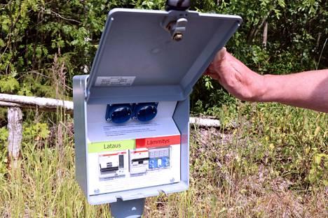 Uusi sähköauton latauspiste Jämsänkoskella As. Oy Rinnepuistolan rivitalon pihassa. Latausominaisuus odottaa käyttöönottoa, sillä taloyhtiössä ei ole vielä sähköautoja. Yhtiö sai rakentamista varten ARA:n avustusta.