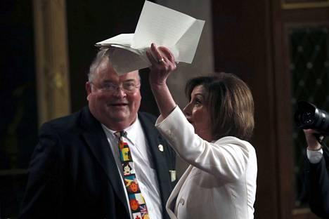 Nancy Pelosi heilutti revittyä presidentin puhetta.
