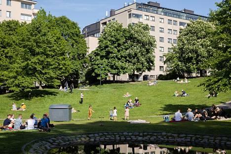 Piknik ulkoilmassa on suhteessa turvallinen ajanviettotapa silloin, kun turvaväleistä pidetään huolta.