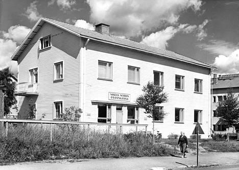 Nokian seudun osuuskassa sijaitsi Nokian valtatien varrella. Kuva on otettu arviolta vuosina 1950-1970.