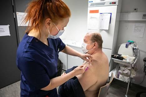 Sairaanhoitaja Essi Tuominen antoi koronarokotuksen Jouko Alaselle Tipotien terveysasemalla 11. helmikuuta 2021.
