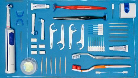 """Hampaita puhdistetaan niin hammaslangalla, hammasväliharjalla kuin hammastikulla. """"Hammasväliharjaa kannattaa käyttää päivittäin, koska hampaiden pinnalta ei saa poistettua plakkia eli bakteeripeitettä pelkällä harjaamisella"""", Eija Könönen sanoo."""