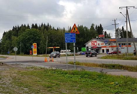 Rounionkadun ja Öljytien risteyksessä on Rounionkadulta tuleville stop-merkit.
