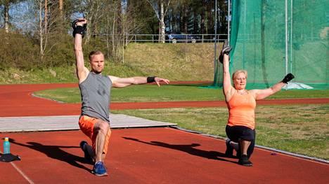 Tämän viikon kahvakuulalivessä mallia kotijumppaajille näyttävät Jussi Ignatius ja Heli Salenius. Kuva lämpimästä kahvakuulatunnista urheilukentällä viime keväältä.