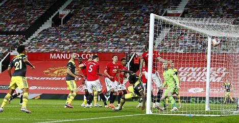 Mustapaitaisen Southamptonin Michael Obafemi viimeisteli tästä tilanteesta 2–2-tasoituksen, kun Old Traffordilla oli pelattu 96 minuuttia.