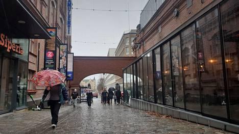 Sateenvarjolle on Pirkanmaalla perjantaina tarvetta! Tältä sadepäivä näytti lounasaikaan Tampereen Itäiselläkadulla.