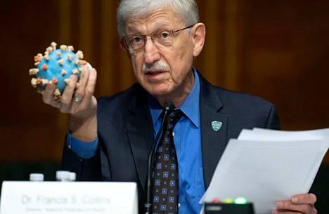 Yhdysvaltain kansallisen terveysinstituuti Tohtori Francis Collins esittelee mallia COVID-19-viruksesta senaatin istunnossa.