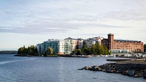 Ensiasunnon ostaminen saattaa vaikeutua kasvukeskuksissa, jos velkakatto otetaan käyttöön, pelkää Danske Bank. Tampereen Lapinniemen rakennukset paistattelivat auringossa Aila-myrskyn jälkeisenä päivänä 18. syyskuuta 2020.