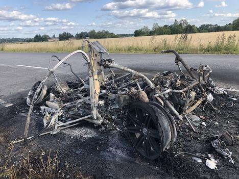 Mopoautosta ei jäänyt paljon jäljelle Kuurolantiellä Kokemäellä.