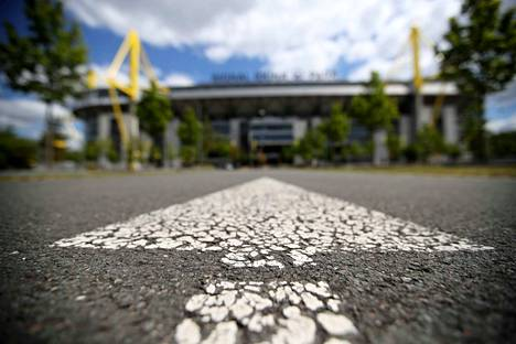 Nuoli osoittaa sisäänkäynnin suunnan Dortmundin stadionille.