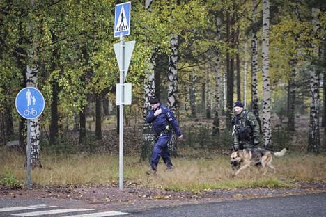 Poliisi etsi Harjavallassa koiran avulla puukotuksesta epäiltyä 16-vuotiasta tyttöä.