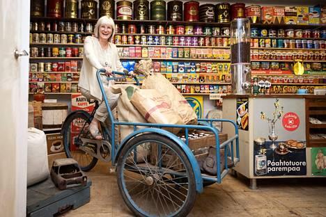 Sadat kahvipakkaukset eri vuosikymmeniltä nostavat kävijän mieleen muistojen ryöpyn. Birgitta Lautaoja hyppäsi kumipyörän satulaan. Hänen isoisänsä kuljetti sillä aikanaan kauppatavaraa asiakkailleen Hollolassa.