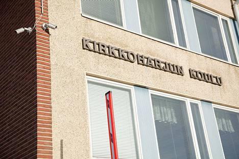 Päiväkoti- ja kouluverkkosuunnitelma esittää Kirkkoharjun koulun molempien rakennusten peruskorjausta 8,9 miljoonalla eurolla Pikkolan pienten lasten yksikön valmistumisen jälkeen.
