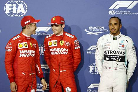 Charles Leclerc (kesk.) oli tallikaveriaan Sebastian Vetteliä nopeampi lauantaina. Lewis Hamilton ajoi kolmosruutuun.