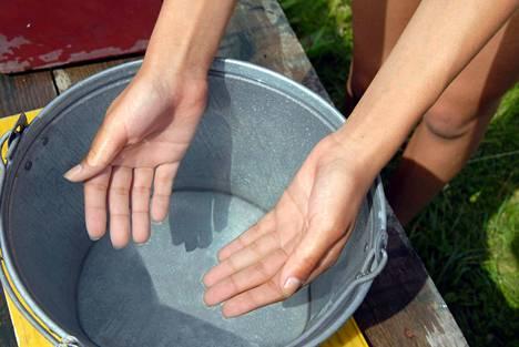 Jos mökillä on käytössä pelkkä kantovesi ja ulkohuussi, ei jätevesiremonttia tarvitse tehdä. Kuvituskuva.