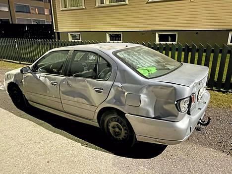 Uhrin nimissä ollut Nissan Primera oli pahoin lommoilla.