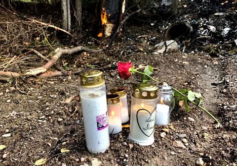 Onnettomuuspaikalle on tuotu päivän mittaan kynttilöitä onnettomuudessa menehtyneiden nuorten muistoksi.