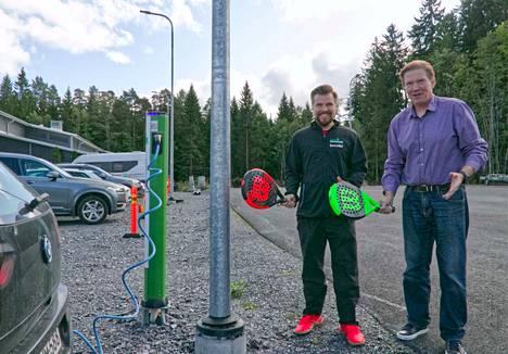 Karri Kangasniemi ja Jarmo Pohjaranta kertovat, että Porin Tennishallin pihalle tulee ensi kesään mennessä paitsi kolme padel-kenttää, myös ulkokuntosali. Jo nyt siellä on myös sähköautojen latauspaikkoja.