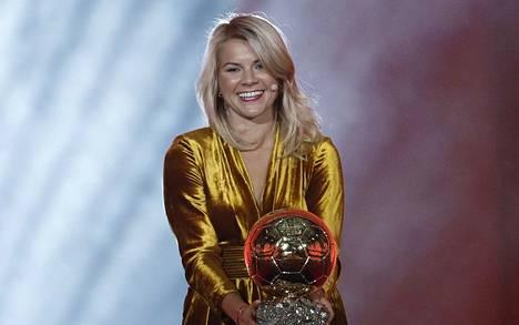 Ada Hegerbergistä tuli historian ensimmäinen naisten Kultainen pallo -voittaja joulukuussa 2018.