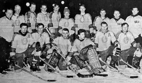 Kuvassa SM-karsintasarjaan yltänyt Mäntän Valon jääkiekon edustusjoukkue vuonna 1965.