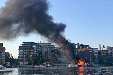 Puinen vene paloi ilmiliekillä ja savutti voimakkaasti. Pirkanmaan pelastuslaitos sai ilmoituksen liikennevälinepalosta torstaina kello 20.23.