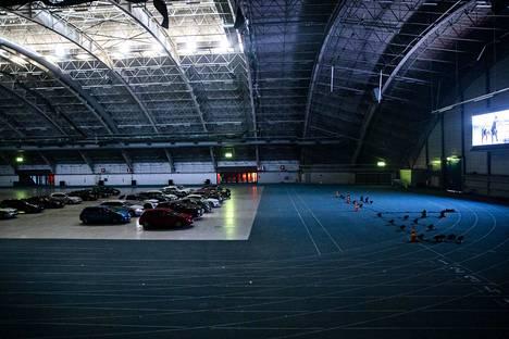 Drive in -näytöksessä elokuva välittyi hallin päätyseinään nostetulta monitorilta ja ääni tuli autoon autoradion kautta.