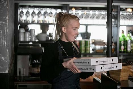 Patarouvan ravintolapäällikkö Janika Harttusen mukaan maaliskuinen viikonloppu on ollut yllättävän vilkas take-way -aterioiden tilauksia ajatellen. Tämä on aihekuva. Yhtä hyvin voisi käyttää nimitystä noutoruoka.