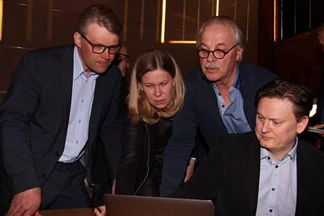 Mikko Uusitalo, Nina Väkeväinen, Keijo Kerola ja Henri Saarivirta tutkivat puolueen saamaa ennakkoäänipottia.